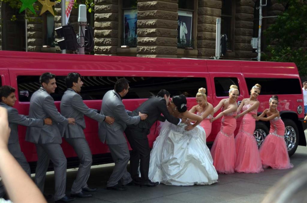 Limousine-hummer-rose-mariage